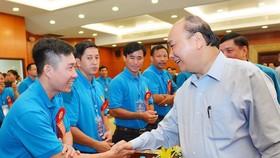 政府總理阮春福與技術工人交談。(圖源:越勇)