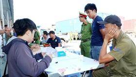在第二郡桔萊港對司機做毒品檢查。