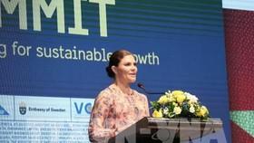 瑞典女王儲維多利亞‧英格麗‧愛麗絲‧黛茜蕾在企業峰會上致詞。(圖源:越通社)