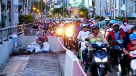壘渠橋的圍蔽導致車輛往來遇上困難。