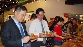 Sunny World 投資與發展股份公司總經理張敬榮(左一)參觀手工藝裝飾品展位。