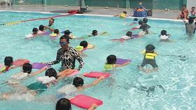 小學生練習游泳。(圖源:互聯網)