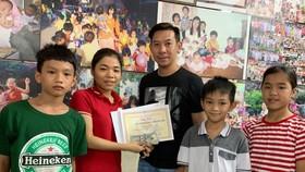 美國華人越僑 Vincent Ho (右三) 向中心代表轉交善款。