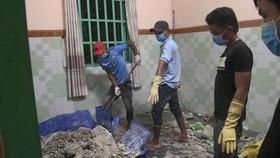 當灌滿水泥的大型橡膠桶被打破後驚現腐爛一具屍體。(圖源:德玉)