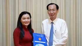 新任市旅遊廳副廳長武氏玉翠(左)從市人委會常務副主席黎清廉手中接過人事委任《決定》。(圖源:自忠)