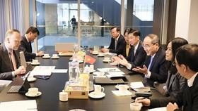 市委書記阮善仁(右三)與荷蘭基礎設施與水管理部副部長羅德舉行會談。(圖源:喬峰)