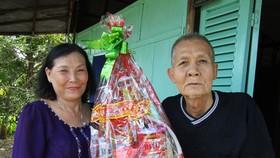 裴氏鶯老師向貧困者贈送禮物。