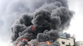 火警現場火勢猛烈,濃煙滾滾直衝天際。(圖源:志石)