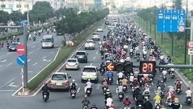 為緩解范文同街道上的交通堵塞現象,摩托車在高峰時段可臨時佔用行駛汽車專用道。(圖源:嘉明)