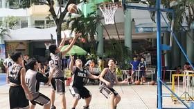 文朗學校與麥劍雄中學籃球隊正在比賽。