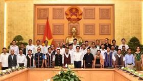 政府副總理武德膽同廣南省德高望重的少數民族模範代表團合影。(圖源:VGP)