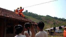 為山區民戶接引線路以供電。