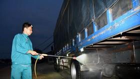 職能力量對運豬車進行消毒。(圖源:A. Lộc)