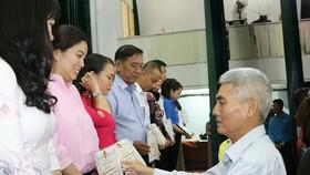 第五郡人委會副主席張庚波向典範勞工 頒獎狀。