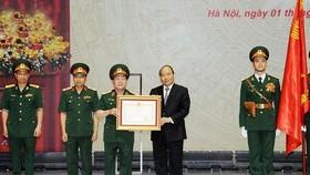 政府總理阮春福(右三)代表黨和國家領導向Viettel集團頒授一等獨立勳章。(圖源:光孝)