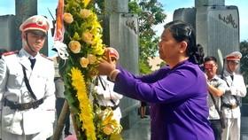 國會常務副主席從氏放在廣南省烈士陵園和越南英雄母親塑像紀念碑上香,敬獻鮮花緬懷。(圖源:段道)