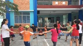 輔導員與少兒一起參加集體遊戲。