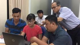 市經濟大學段清海博士、講師(站者)正指引各位學生做作業。