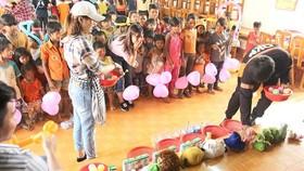 給山區兒童們組辦有獎的娛樂活動。