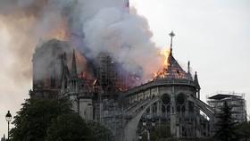 法國巴黎大區公共健康局表示,受巴黎聖母院火災後污染的影響,一名在西岱島居住的兒童血液中鉛含量超標。圖為法國巴黎聖母院4月中燃起大火。(圖源:新華社)