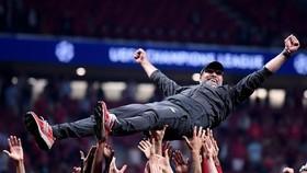 克洛普被球員拋高慶祝勝利。
