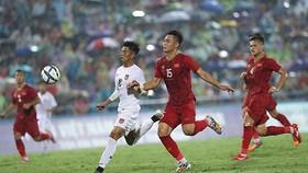 越南(紅衣)-緬甸比賽一瞥。(圖源:互聯網)