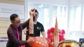 鄭錦河師傅(左)在墨爾本示範武術。