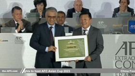 亞足聯主席薩爾曼向杜兆才頒發主辦證書。(圖源:互聯網)