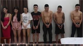 當場查獲涉嫌吸毒的10名男女青年。(圖源:警方提供)