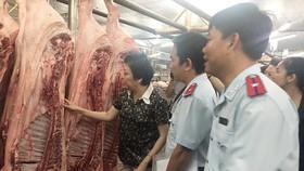 市食品安全跨部門監察工作團對福門集散市場的豬肉品質和來源進行檢查。(圖源:金玄)