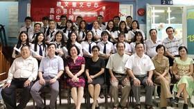 應屆畢業生與校長、老師合照。