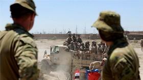 圖為新西蘭、澳大利亞士兵與伊拉克安全部隊,日前在塔吉基地進行演訓。(圖源:AP)