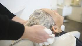 上年紀不宜後仰洗頭。(示意圖源:互聯網)