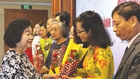 原國家副主席張美華贈送鮮花給熱心人士。