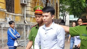 法院判刑後,法警把阮文懷靈押出法庭送往監獄服刑。(圖源:梅花)