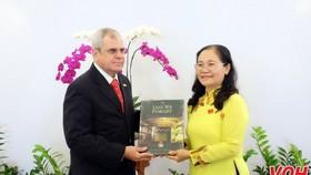 市人民議會主席阮氏麗(右)向古巴國務委員會秘書奧梅羅‧阿科斯塔‧阿爾瓦雷斯贈送紀念品。(圖源:VOH)