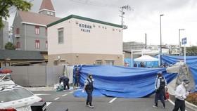 日本大阪府吹田市16日發生警員遇襲佩槍遭搶事件,警方在案發現場進行調查。*(圖源:路透社)