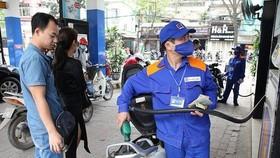 自昨(17)日下午3時起,RON 95汽油售價每公升調降1085元;E5 RON 92汽油調降986元。(示意圖源:田升)