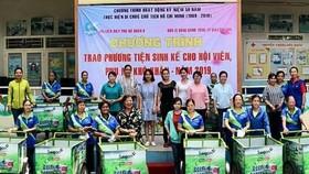 第六郡婦聯會向15名貧困婦女贈送謀生工具。