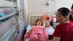 因工傷導致第8胸椎壓縮性骨折的病人阮德Th 卻被誤鑽腿部。(圖源:KĐ)