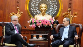 市委書記阮善仁(右)接見值工作任期屆滿前來辭行拜會的澳大利亞駐越南特命全權大使克雷格‧奇蒂克。(圖源:VOH)