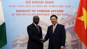 政府副總理、外交部長范平明(右)與科特迪瓦共和國(象牙海岸)外交部長馬塞爾‧阿蒙‧塔諾舉行會談。(圖源:海明)
