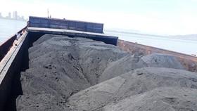 """運載上千噸來源不詳煤炭的""""南偉79號""""貨船被扣押。(圖源:南盛)"""