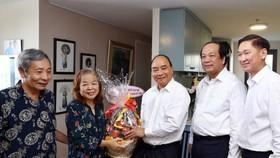 阮春福總理向資深新聞工作者贈送禮物祝賀。(圖源:越通社)