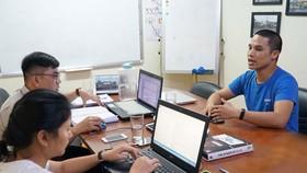採訪小組與演說家阮文長交談,準備代筆出書。