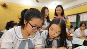 市雄王高中學校十二年級學生正溫習地理科。