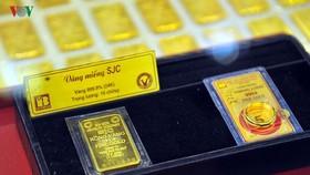 昨(22)日,本市各黃金企業標貼的SJC金片買入價每兩3860萬元,賣出價每兩3885萬元。(圖源:VOV)