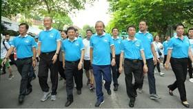 """政府常務副總理張和平(前中)同參賽者一起參加""""為健康步行""""比賽活動。(圖源:春松)"""