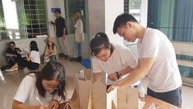建築系大學生製作模型參加課程。