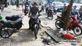 本市某人行道因騎摩托車者走上而造成損壞。